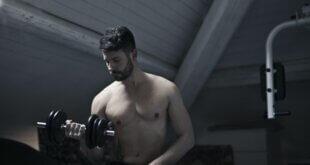 6 exercices pour cibler vos biceps avec des élastiques